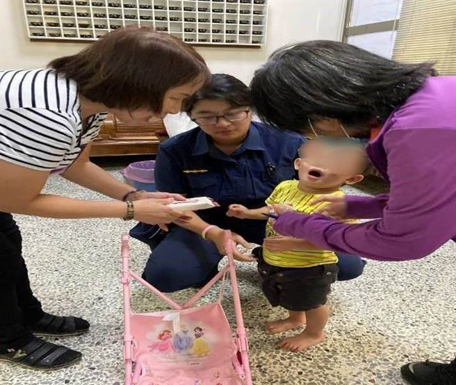 警員李建儒、謝利佳立即將男童帶返所暫予安置,並循線找到孩童的媽媽。(警方提供/陳世宗台中傳真)
