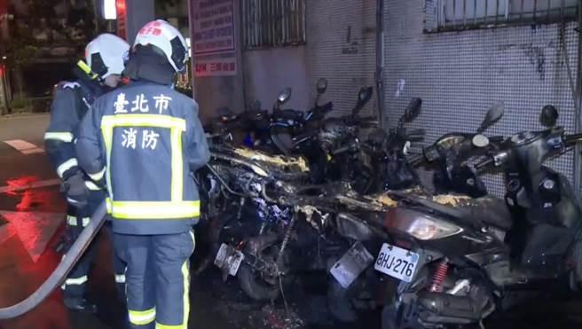 台北市大安區清晨機車火警,警消趕往滅火,後續查出是遭人縱火。(民眾提供)