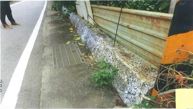 完工的堤防護岸工程,因為使用爐碴混凝土,明顯出現長達10多公分的裂痕,破損處明顯鏽蝕,鏽痕斑斑。(彰化地院提供/謝瓊雲彰化傳真)