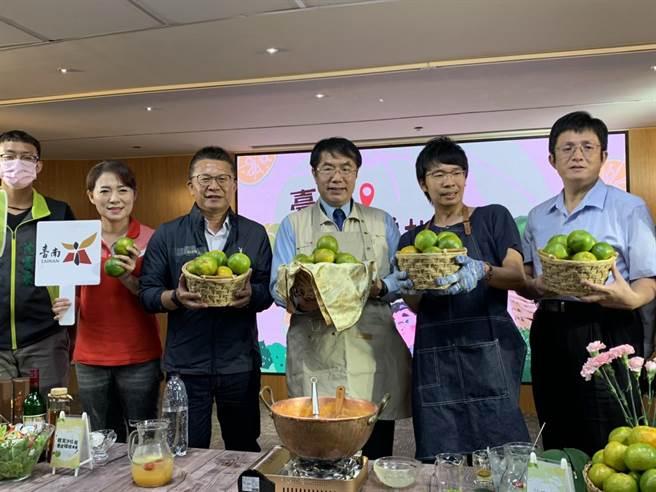 台南市政府農業局近來大力推銷台南青皮椪柑。(李宜杰攝)