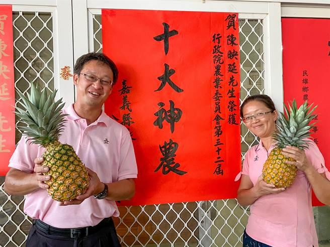 民雄鄉陳映延(左)榮獲農委會第32屆十大神農。(張亦惠攝)