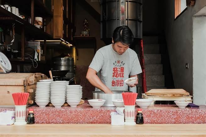 台南米糕名店花30秒裝一碗,引發網友熱議,店家事後也在臉書親自回應 (圖/店家臉書)