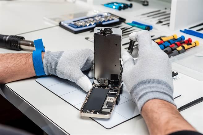 手機維修員打開手機背蓋,發現裡面藏了一張紙條及100元美金(示意圖8/達志影像)