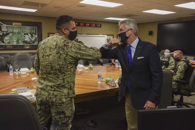 布瑞斯威特(右1)除與帛琉等國的政軍領導人會面,還參訪駐外美軍。(圖/DVIDS)