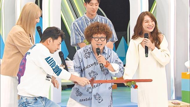 阿Ken(前排左起)看不下去納豆和女友依依放閃,拔木劍道具作勢斬桃花。後排左為安心亞。(中天綜合台提供)