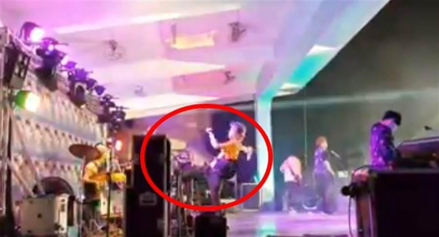 八三夭主唱阿璞舞台上狂踹不明物。(照片/取自《網友》臉書)。