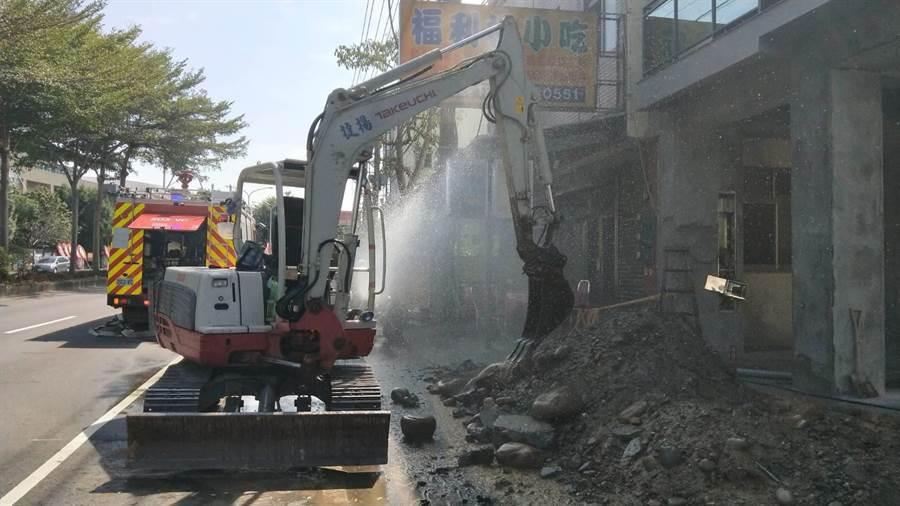 欣彰公司於台中市東勢區東關路6段施工不慎挖斷管線,造成大量天然氣洩漏。(台中市消防局提供/王文吉台中傳真)