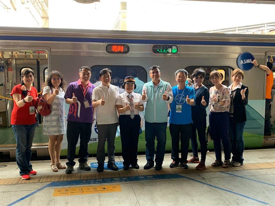 嘉義市教育處長林立生與老師志工們一同參與台灣科普環島列車活動。(嘉義市政府提供)