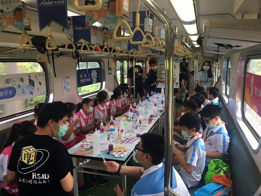 嘉義學子搭火車往台南途中,在車廂裡玩科普遊戲。(嘉義市政府提供)