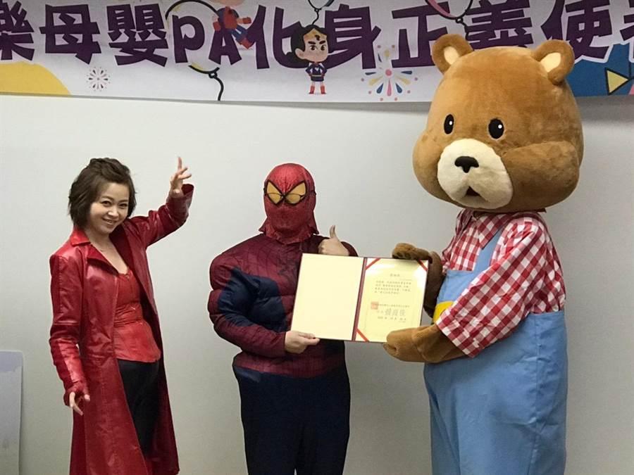 基隆长庚万圣节活动,左起玮瑜姐姐、副院长洪明瑞、Happy熊。(民视提供)