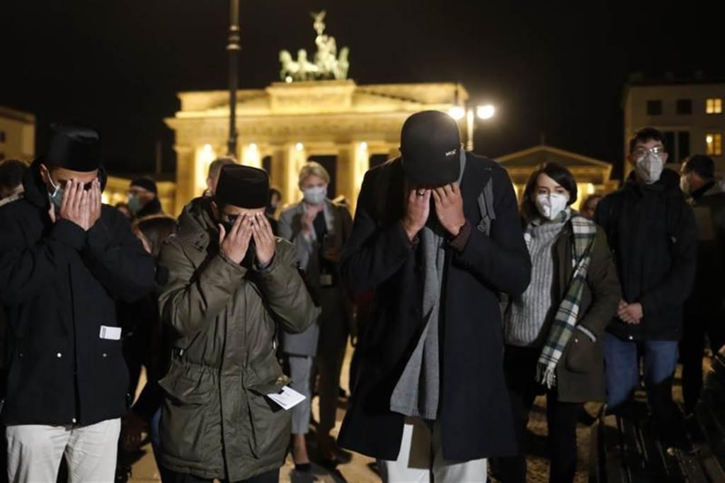 法國29日驚爆一日連3次恐攻,但此時馬來西亞前首相馬哈地卻發推文表示,穆斯林有權「殺害數百萬法國人民」,引起眾怒。圖為在人民聚集在法駐德大使館前哀悼遭恐攻罹難的法國人。(美聯社)