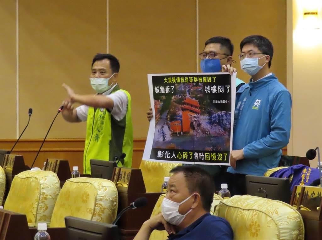 議員李成濟質詢花壇台灣民俗村拆除和後續處理。(吳敏菁攝)