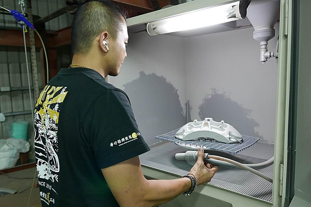 華仔知道這樣技術後,就前往台南學藝,且華仔不止學這項技術,後續也接觸烤漆等工法,開始發展出屬於自己的技能,也同時開始做汽車配件的改色,就此踏入了零配件改色的領域。