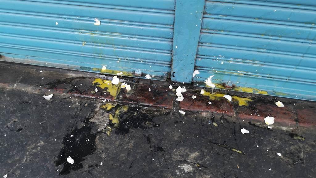 殺害女大生的梁嫌住家,遭一名男子「蛋洗」。(林雅惠攝)
