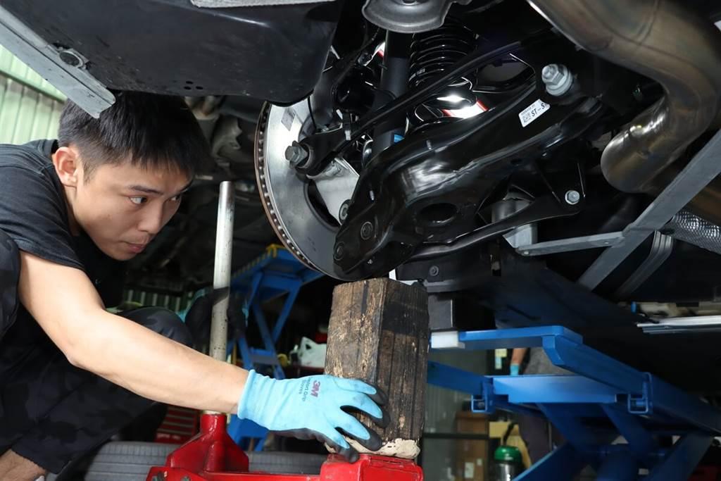 此車安裝地點在高雄仁武區的明升汽車來進行,只見兩位技師技術純熟的分工合作進行前後避震器的拆裝作業,不到幾個小時就完成BILSTEIN EVO SE避震器的安裝。