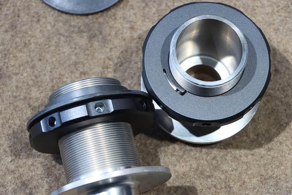 BILSTEIN EVO SE避震器採用圓螺紋設計,沒有鋒利的邊緣,可對應惡劣的環境,時間再久轉動也不卡卡,而彈簧拖盤是用特殊鋁合金所製,可兼具最輕重量與最大穩定性。
