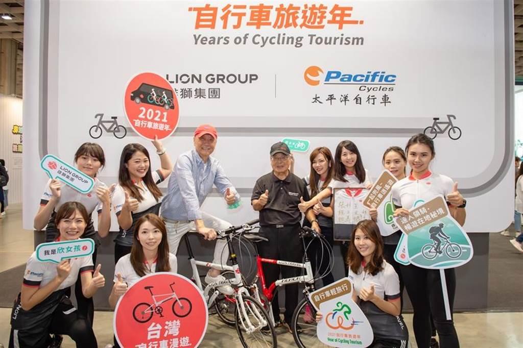 雄獅董事長王文傑、太平洋自行車董事長林正義攜手合作,與欣女孩們合影。(雄獅提供)