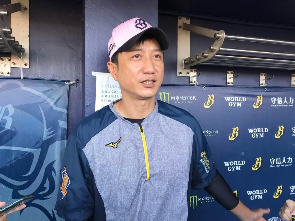 中信兄弟總教練丘昌榮解釋台灣大賽首戰捨棄德保拉推羅傑斯先發原因。(毛琬婷攝)