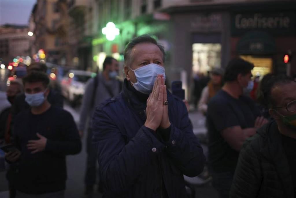 尼斯的聖母聖殿29日驚傳恐攻,入夜後民眾在教堂外為死難者祈禱。(美聯社)