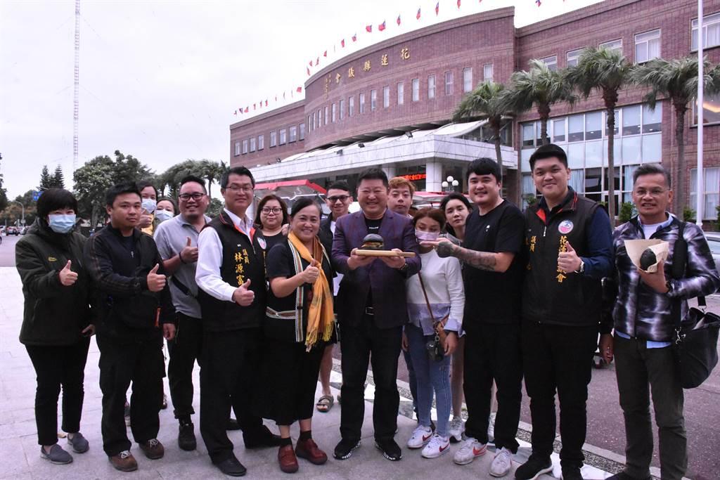 連續多年開著胖卡環島義賣漢堡的「漢堡王子」陳韋強(右3)今開到議會,議長張峻(中)與多會議員表達大力支持,張峻認購80個大漢堡響應。(花蓮議會提供/王志偉花蓮傳真)