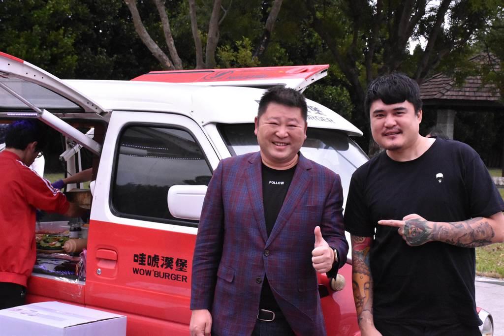陳韋強(右)與多位年輕人開胖卡做愛心,議長張峻表達支持肯定。(花蓮議會提供/王志偉花蓮傳真)