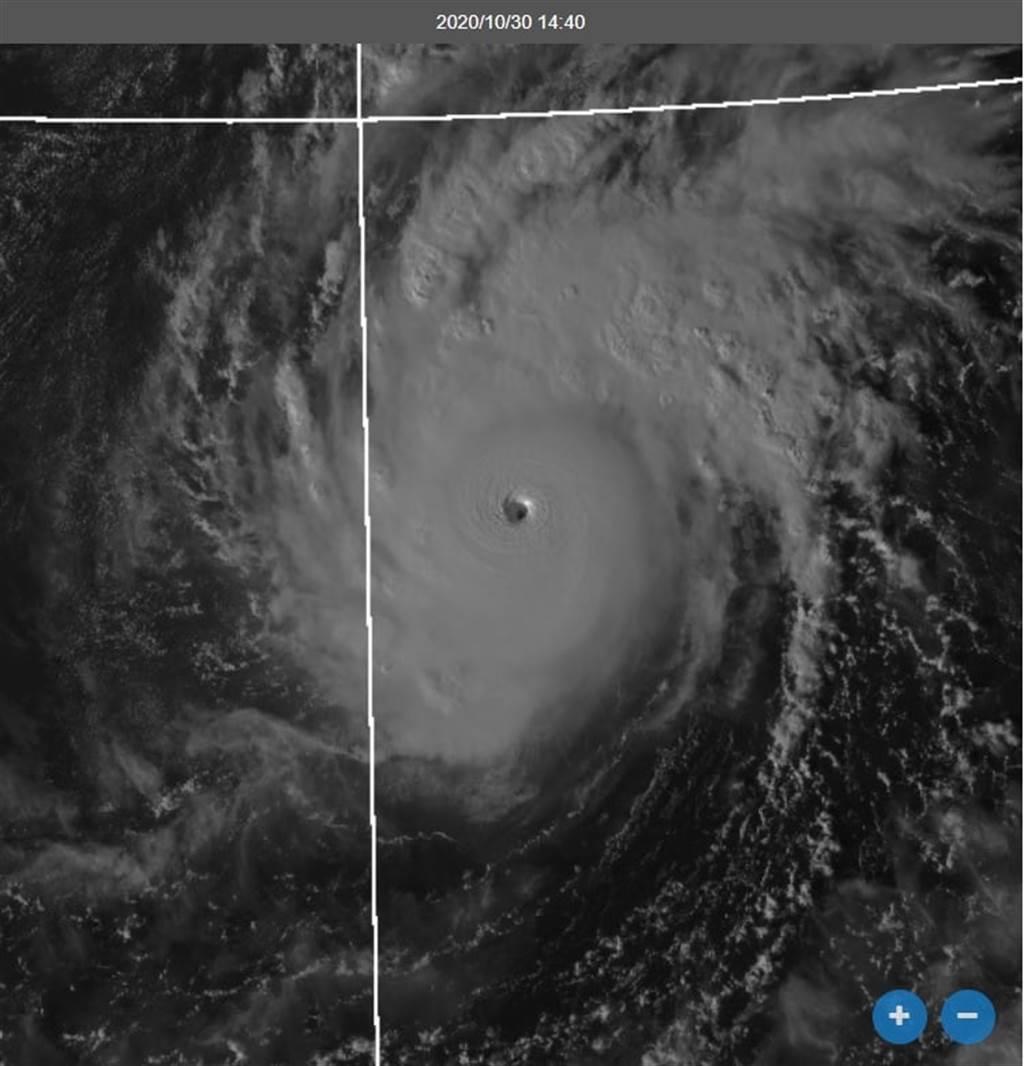 天鵝是一快速成長的強颱,從最新氣象圖已可看到清晰颱風眼。(圖擷自鄭明典臉書)
