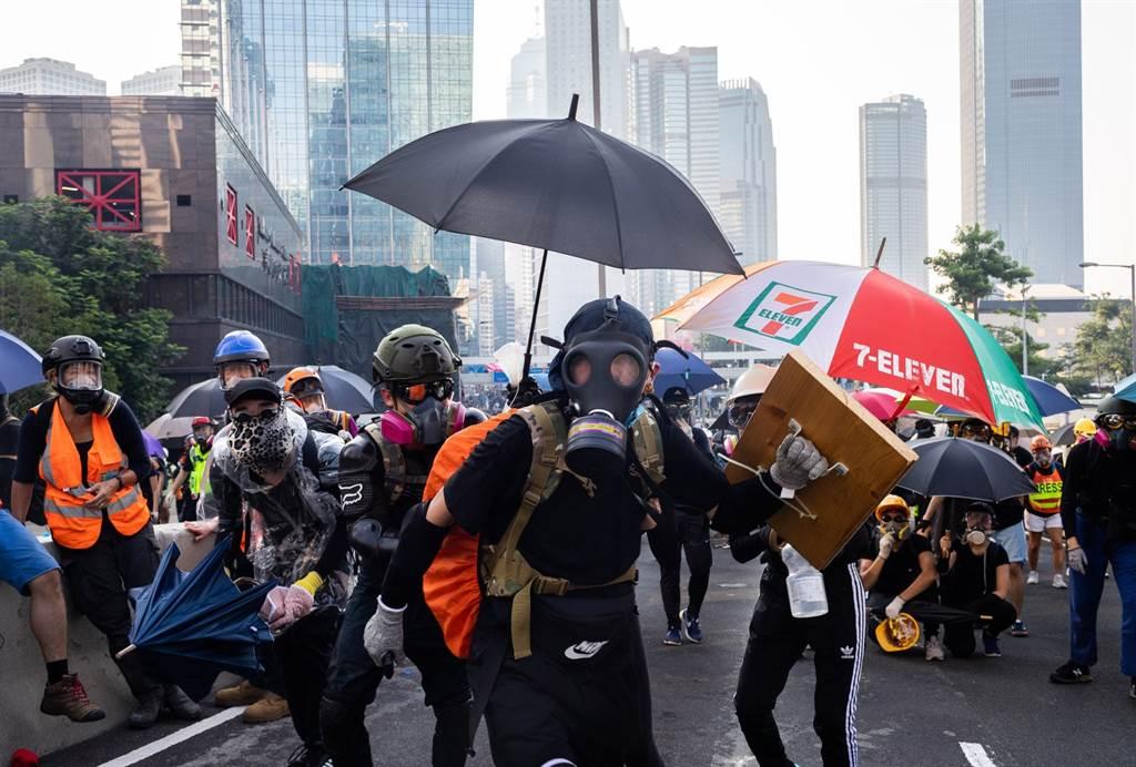 香港自去年爆發反送中運動以來,警民嚴重對立,加上經濟嚴重下滑,整體治安狀況快速惡化。目前全球治安排名與西非的布吉納法索相仿。(圖/推特)