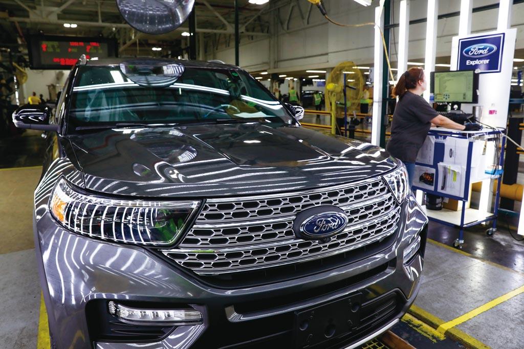 福特汽車受惠於汽卡車需求回溫及高毛利卡車銷量增,淨獲利23.9億美元優於預期,是去年同期的五倍有餘。圖/美聯社