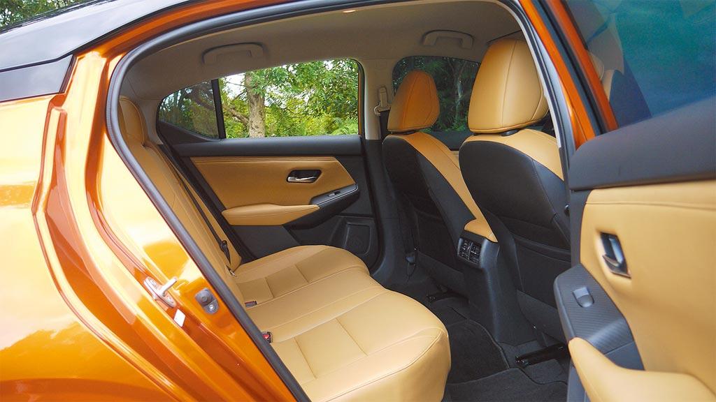 2,712mm長軸距營造出寬敞後座及腿部空間,搭配橘黑外觀,座艙及皮椅亦採該雙色調設定。圖/于模珉