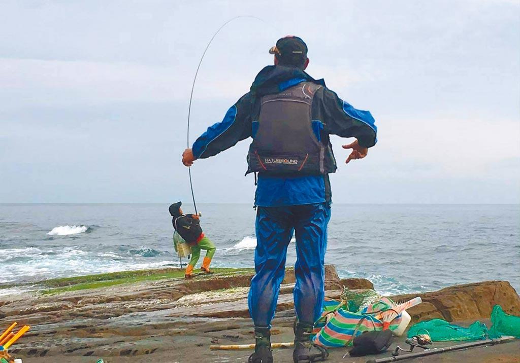東北季風漸增,東北角磯釣場許多釣客搶釣臭肚,漁業處呼籲,釣客務必要做好安全防護。(新北市漁業處提供/王揚傑新北傳真)