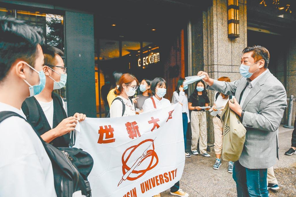 陆方可望让硕士生来台,图为9月26日世新大学陆生结束14天防疫隔离出关。(本报系资料照片)