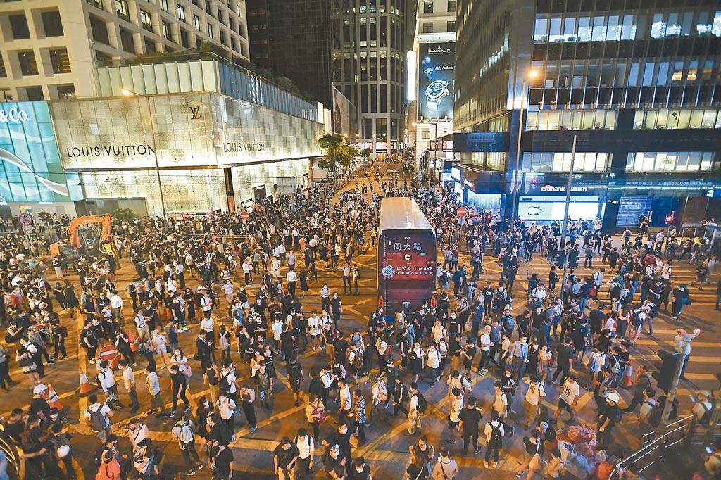 2019年6月12日晚,示威者進占中環終審法院至環球大廈附近路段。(中新社)