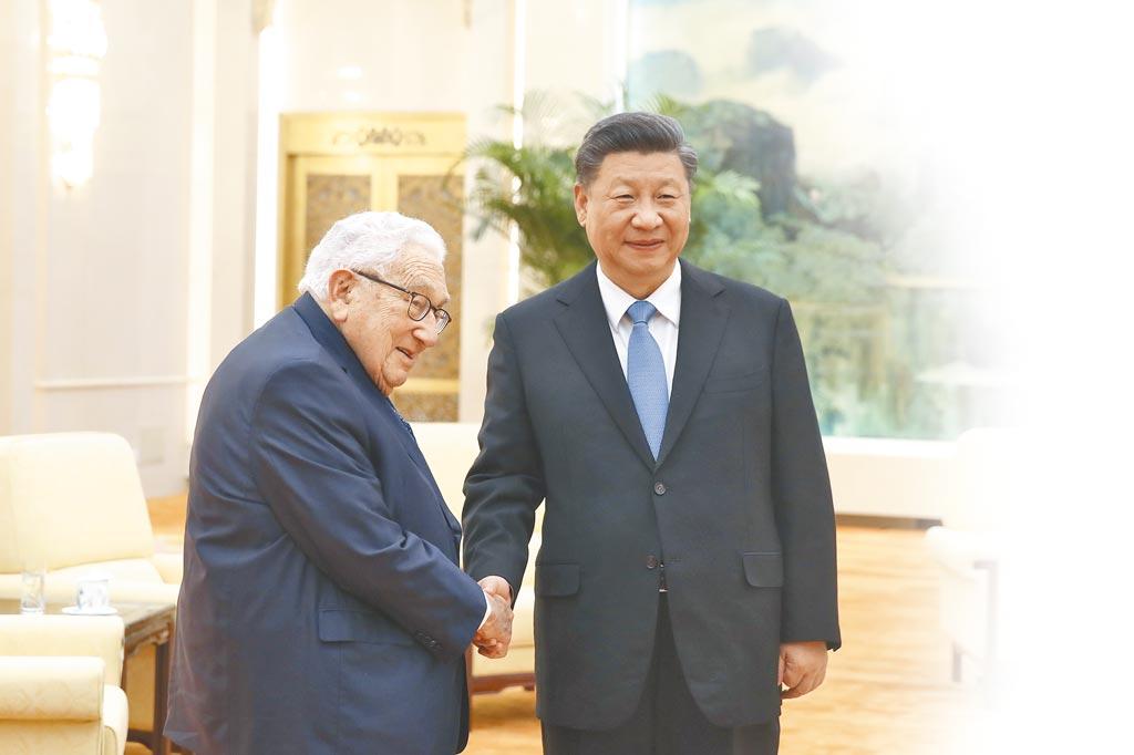 2019年11月22日,大陆国家主席习近平(右)与美国前国务卿季辛吉会面。(中新社)