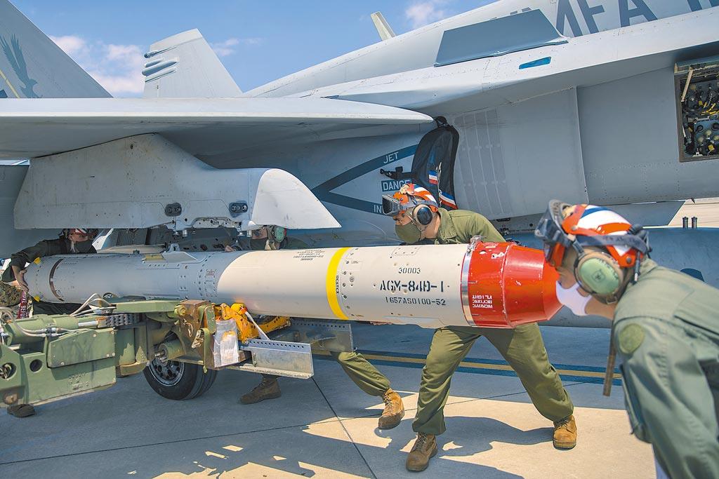 美对台军售机动型的岸置鱼叉反舰飞弹。图为美国海军陆战队装载鱼叉飞弹。(取自美国海军官网)