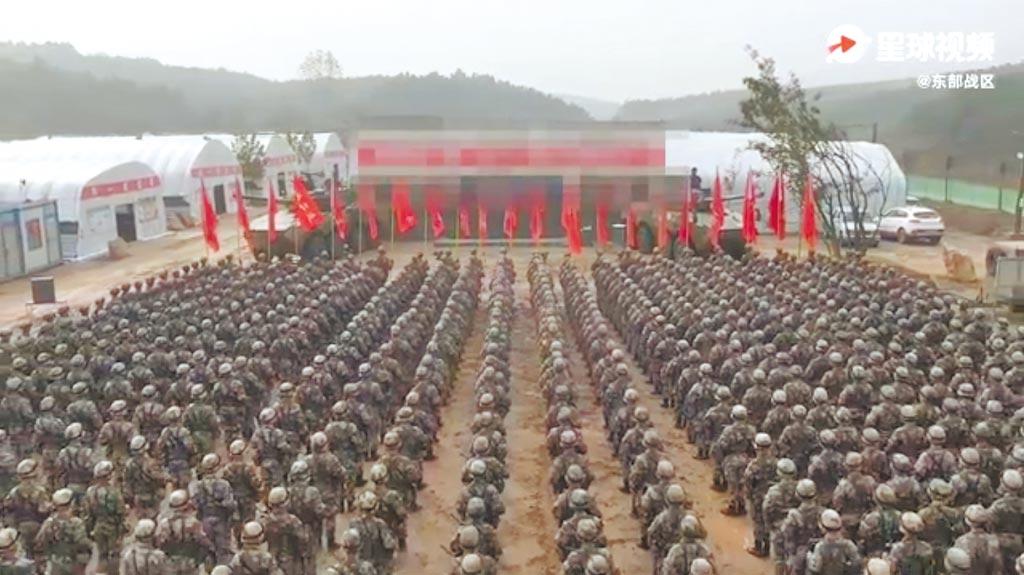解放軍東部戰區微博10月18日發布第72集團軍某旅進行誓師的影片,被外界懷疑造假。(取自微博@人民日報)