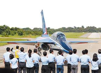 搏命開40年老飛機 F-5E戰機墜海 29歲飛官殉職!苦等國機國造 先用老戰機搏命
