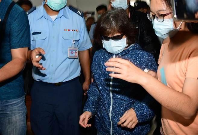 殉職飛官朱冠甍的母親趕抵台東市立殯儀館,見愛兒最後一面。(資料照,莊哲權攝)