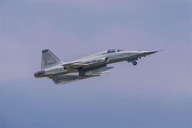 1架編號5261隸屬志航基地第七聯隊的單座F-5E戰機墜落台東外海。圖為F-5E戰機。(陳姓航空迷提供/蔡旻妤台東傳真)