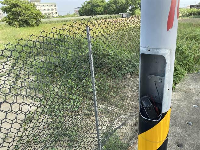 女學生遭擄的路段路燈遭偷剪電線。(曹婷婷攝)