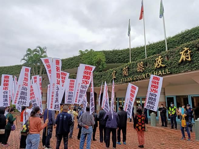 五十二甲濕地權益促進會成員30日到宜蘭縣政府陳情並遞交陳情書。(胡健森攝)
