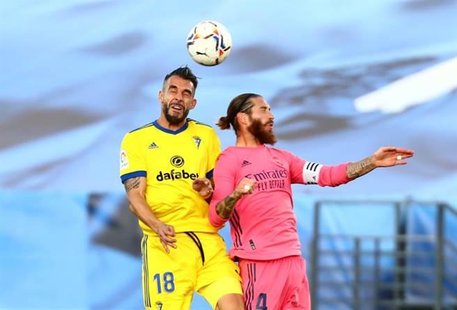 老牌前鋒 Alvaro NEGREDO(右) 協助加的斯擊敗皇家馬德里(圖片來源︰達志影像)