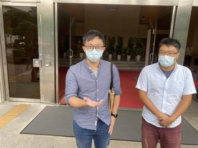 攻占行政院案,最高法院開庭,被告促轉會主委楊翠的兒子魏揚(左一)到庭旁聽。林偉信攝