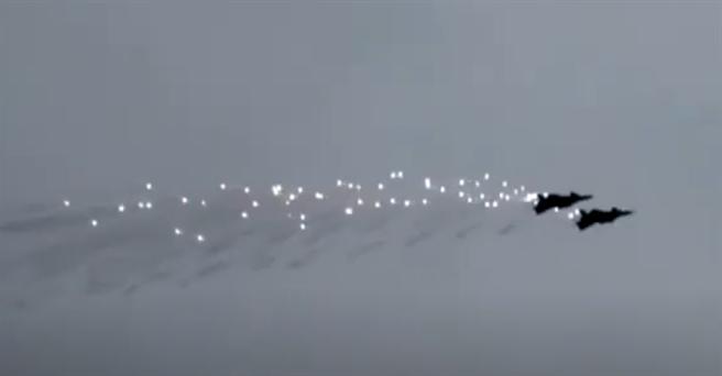 央視10月27日播出了殲-20雙機編隊抛灑干擾彈的影片。(央視)