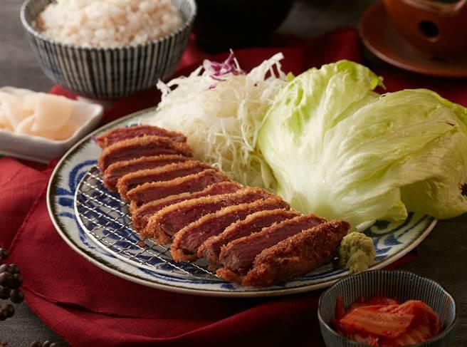 韓風炸牛排,用生菜包覆炸牛排,加上泡菜、蒜片,展現韓式炸牛排多元吃法。(圖/品牌提供)