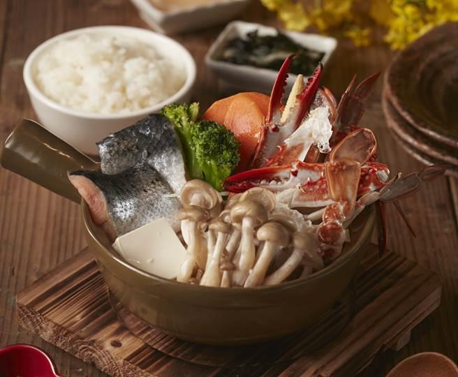 日式石狩鍋來自於日本北海道石狩地區漁夫們的伙食餐,由鮭魚、蟹及蔬菜加入味噌調味鮞成。(圖/品牌提供)