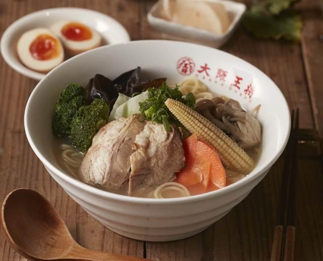 野菜雞湯拉麵,雞骨熬煮的湯底,再加上野菜調味,口感清甜味美。。(圖/品牌提供)