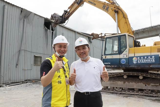新北市長侯友宜和邰智源在五股垃圾山違建拆除現場一起體驗一日拆除工。(工務局提供/李俊淇新北傳真)