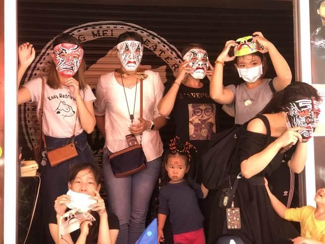 民眾戴起家將面具,體案藝陣神將的威嚴。(全美戲院提供/程炳璋台南傳真)