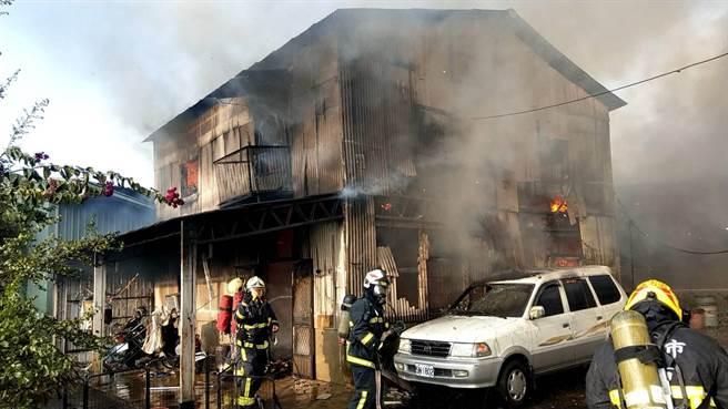 嘉義市北園國小附近一間鐵皮屋印刷工廠失火,火舌竄出,十分危急。(讀者提供)