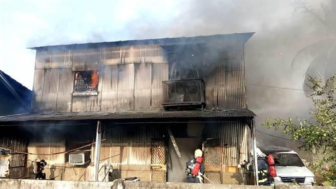 嘉義市北園國小附近一間鐵皮屋印刷工廠失火,消防人員搶救中。(讀者提供)